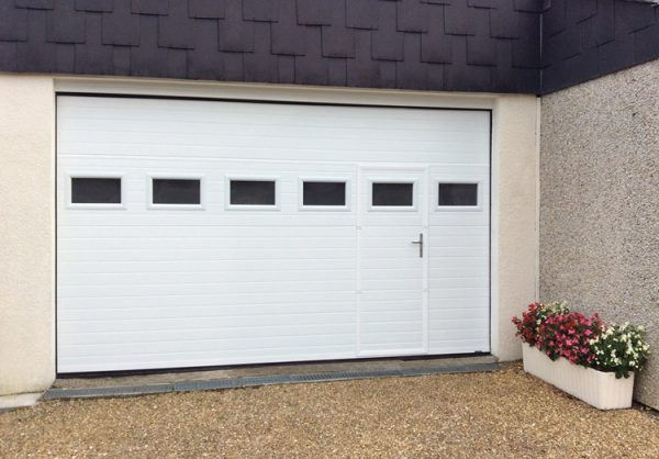 Porte de garage Tablier Rainuré avec portillon pour accès piéton